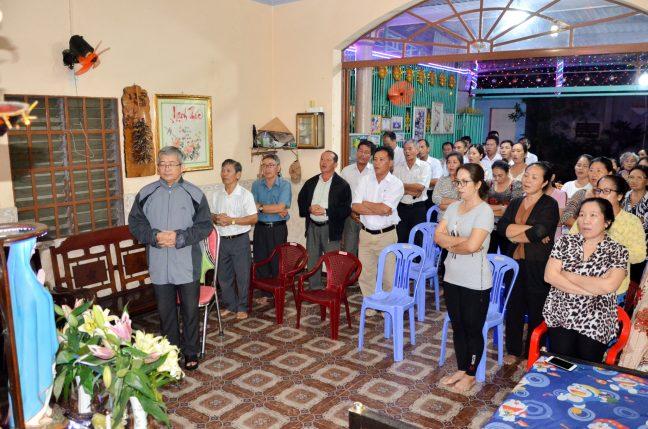 Giờ đạo đức đọc kinh kính Đức Mẹ Mân Côi tại các giáo họ Bênêđictô - Giáo xứ Russeykeo