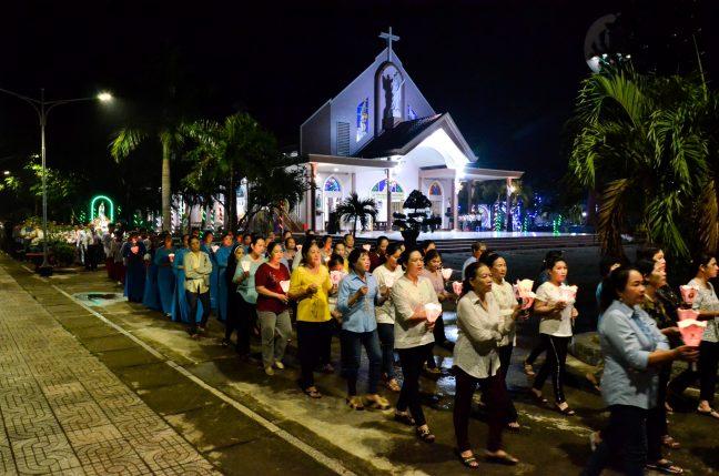 Lần hạt Mân Côi và Chầu Thánh Thể cuối Tháng Hoa kính Đức Mẹ - Giáo xứ Russeykeo