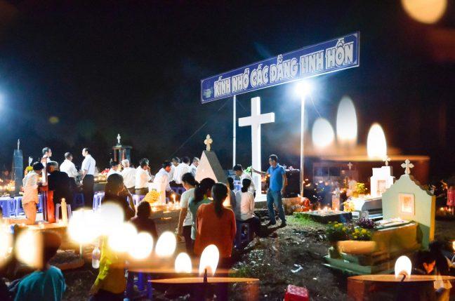 Giờ lần hạt Mân Côi cầu nguyện cho các linh hồn trong tháng 11 tại nghĩa trang giáo xứ Russeykeo