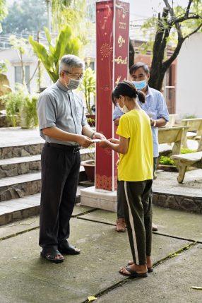 Cha xứ Phaolô đại diện trao học bổng cho học sinh, sinh viên