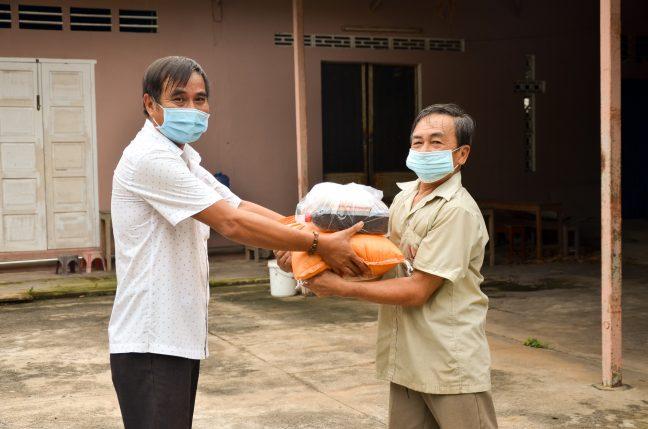 Đại diện Ban Hành Giáo trao quà cho các gia đình khó khăn trong giáo xứ